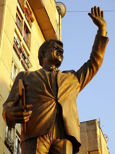 Clinton Statue