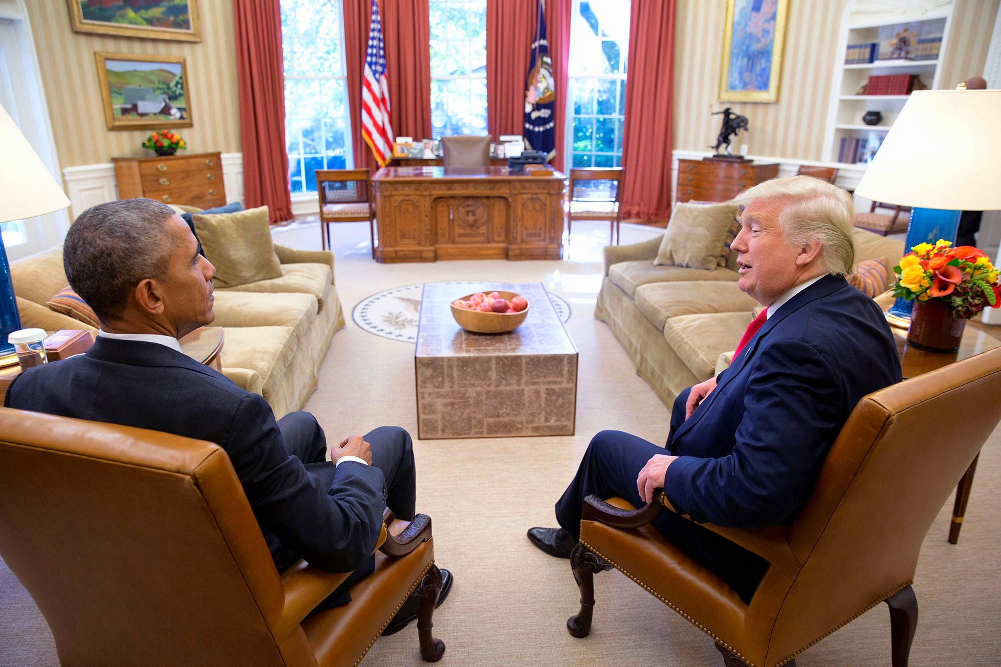 Janus Tête à Tête Sitting President & President Elect, Barack Obama & Donald Trump Squatting Next To Each Other On Arm Chairs In The Oval Office On November 10th 2016. (31196987133)